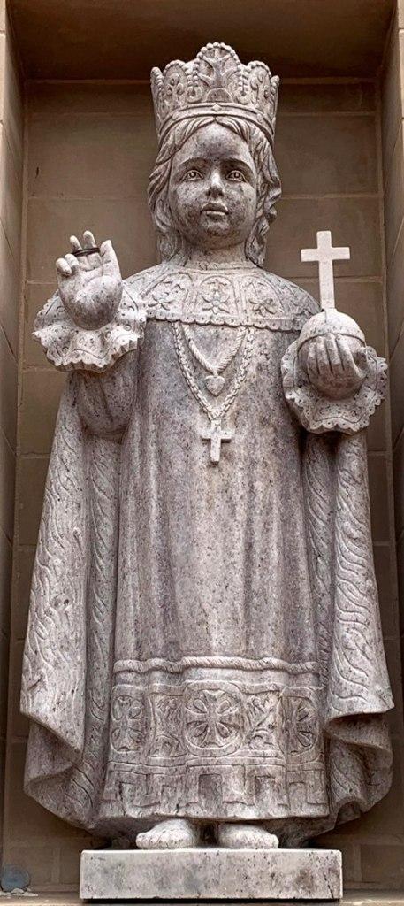 Niño Jesus de Praga en el frente de la Iglesia