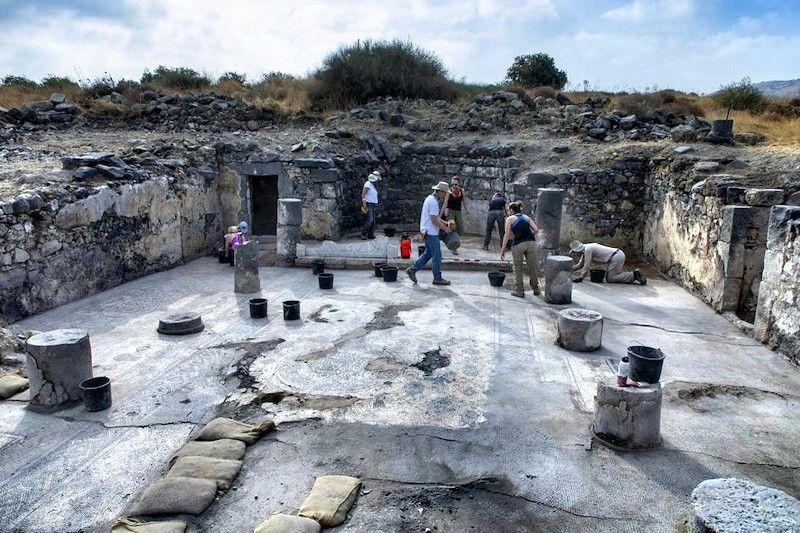 Los arqueólogos, trabajando en la iglesia hallada en tres los restos de Hipos. Foto: Michael Eisenberg.