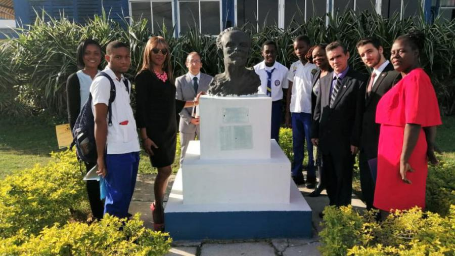 The celebration in Jamaica of the 167th anniversary of the birth of our National Hero, José Martí, took place at the Technical School that bears his name, with the presence of officials from the Cuban State Mission and members of the board of the Association of Cubans Resident in Jamaica, who were invited for the occasion.