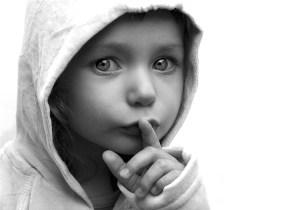 Niño-pidiendo-silencio1