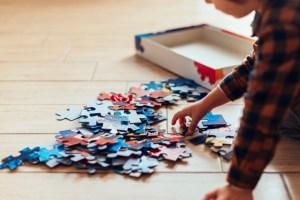 Niño iniciando un puzzle
