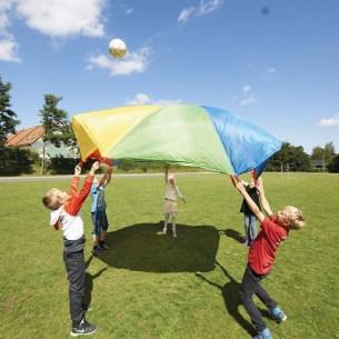 Niños jugando con el paracaídas