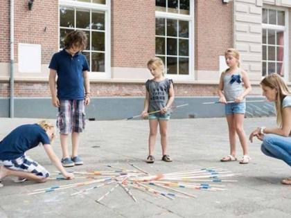 Niños jugando a mikado gigante