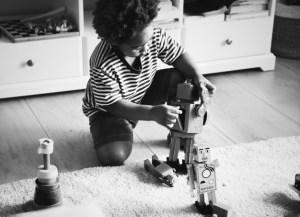 niño con un robot