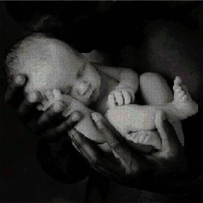 BBMAN-3: Gráfico de punto de cruz para descargar en PDF, imprimir y bordar dibujo de bebé blanco entre manos de adulto negro