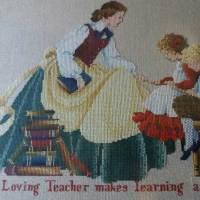 VENTA DE BORDADO A PUNTO DE CRUZ con dibujo de MAESTRA enseñando a niños