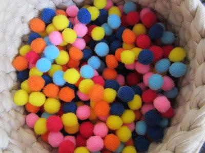 mis nancys, mis peques y yo, tutorial aplique camiseta con pompones, pompones colores
