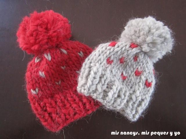mis nancys, mis peques y yo, tutorial gorros de lana para nancy, gorros gris y granate