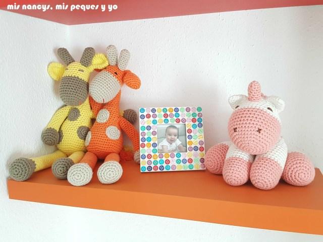 mis nancys, mis peques y yo,pareja jirafa amigurumi, jirafa amarilla y naranja en la estantería