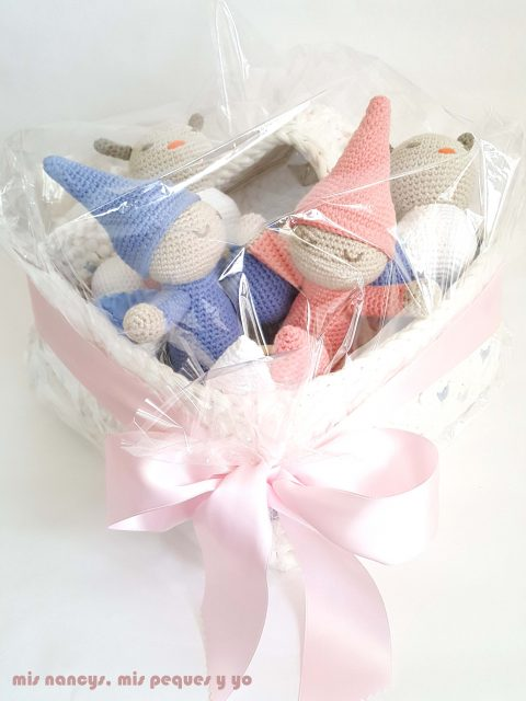 mis nancys, mis peques y yo, mordedores conejito de crochet, detalle cesta de trapillo con muñecos amigurumis