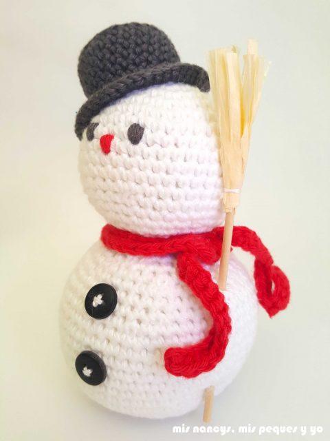mis nancys, mis peques y yo, muñecos de nieve amigurumi, muñeco de nieve con bufanda roja y escoba