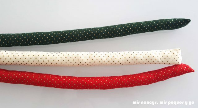 mis nancys, mis peques y yo, tutorial corona de navidad trenzada, coser el extremo de las tiras de tela rellenas