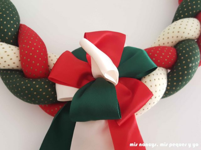 mis nancys, mis peques y yo, tutorial corona de navidad trenzada, adorno de bucles con cintas