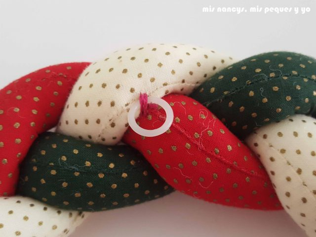 mis nancys, mis peques y yo, tutorial corona de navidad trenzada, coser un pequeño aro en la parte trasera para poder colgar la corona