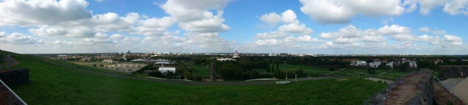 Blick über Magdeburg vom Aussichtspunkt im Elbauenpark