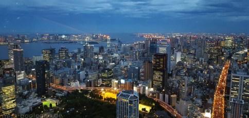 Blick vom Tokyo Tower - hinten links sieht man Odaiba und die Rainbow Bridge