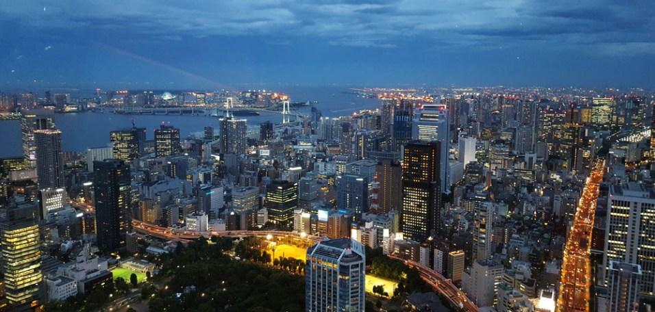 Tokyo zur blauen Stunde vom Tokyo Tower aus gesehen