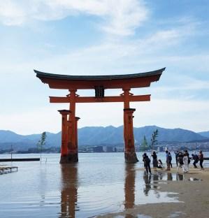 Großes Torii am Itsukushima Schrein nicht unweit von Hiroshima