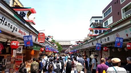 Mitten durch die Nakamise am Sensō-ji
