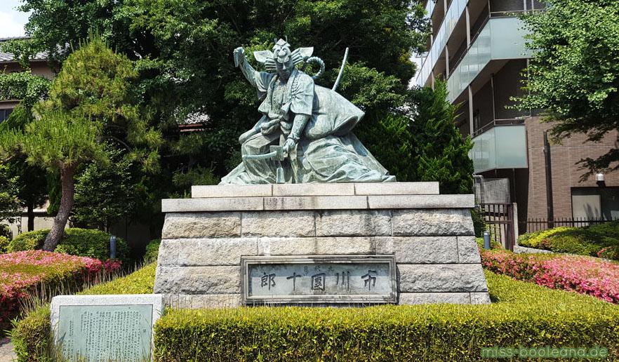 Shibaraku Statue - Danjuru Ichikawa war ein gefeierter Kabuki-Darsteller, der mit der Figur aus Shibaraku brillierte