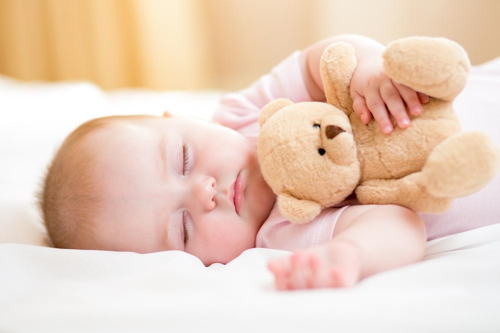 Как должен спать новорождённый на боку или на спине