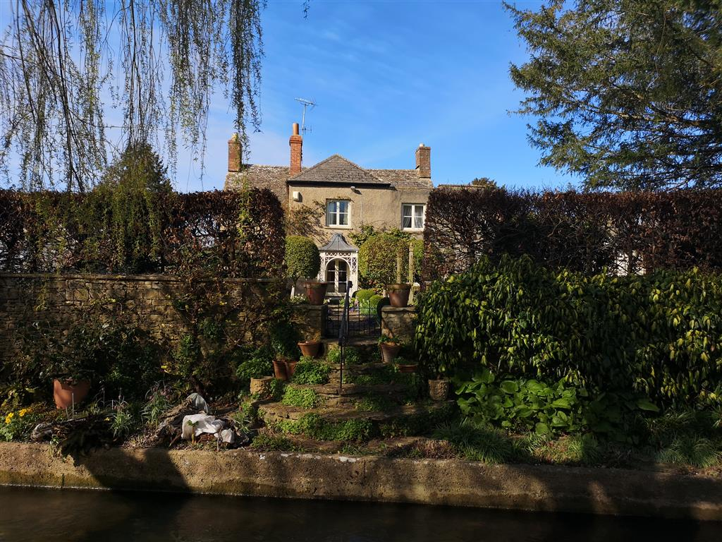 Visiting Cotswold Water Park: A Walk on Bow Wow, South Cerney, Gloucestershire