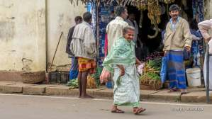 Ældre dame foran en frugt & grønt butik i Nuwara Eliya, Sri Lanka