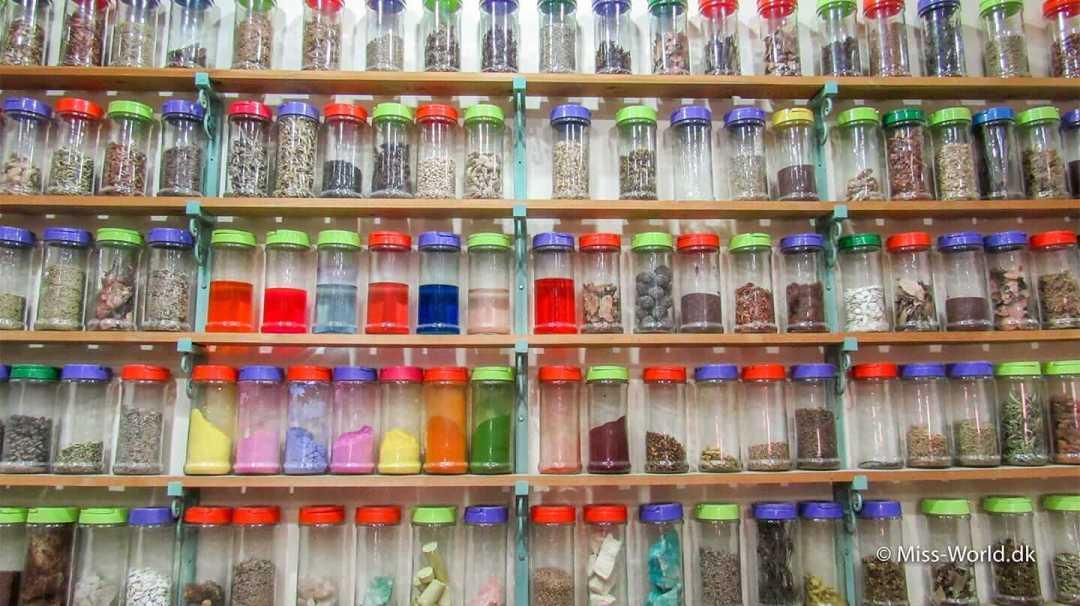 Hvad mon der er i alle disse beholdere? Apoteket i Marrakech