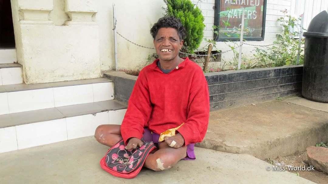 En fattig tigger sidder uden for et supermarked i Nuwara Eliya. Han har en skøn energi, så jeg gav ham lidt penge eller mad hver gang jeg kom forbi.