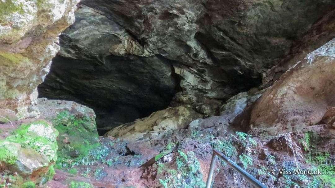 Rawana Cave er mørk, fugtig og en lille smule uhyggelig. Grotten i sig selv er ikke noget særligt. Det er en tom, meget mørk og fugtig klippehule. Der er ingen skiltning der informerer om hulen. For at forstå begejstringen for Ravana's Cave, er man nødt til at kende lidt til historien.