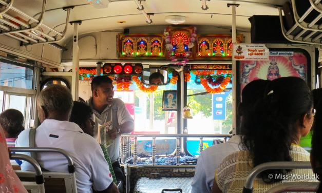 Rejs med lokal bus i Sri Lanka