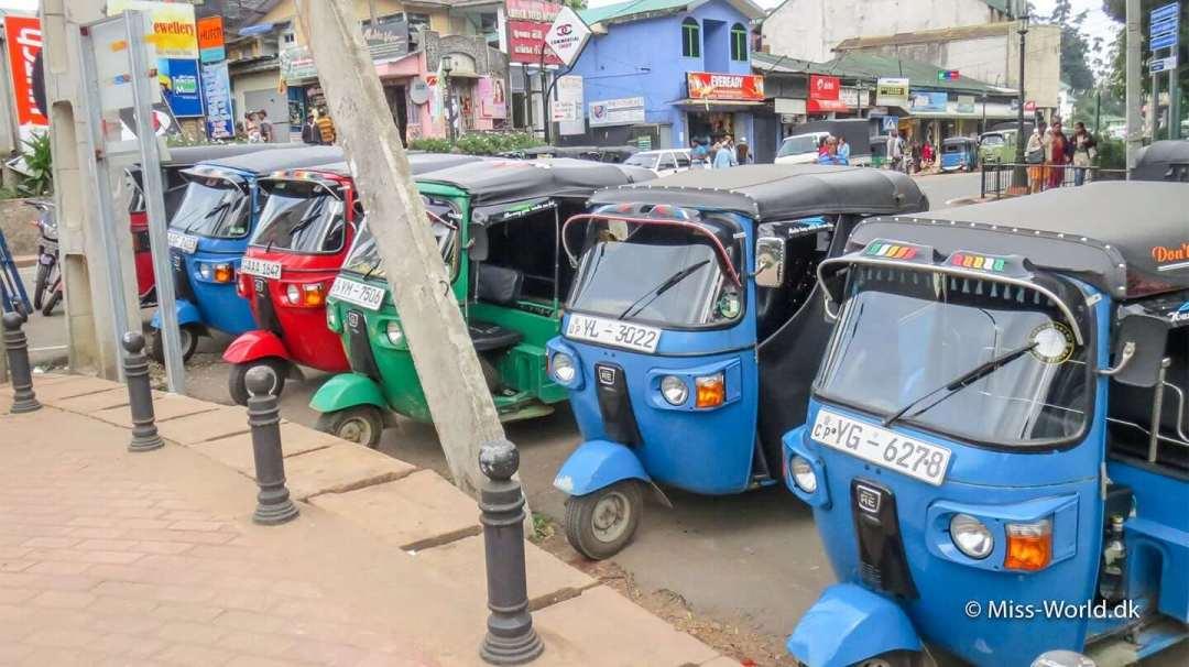 Tuk tuk i Sri Lanka - Her står de på rad og række i byen Nuwara Eliya