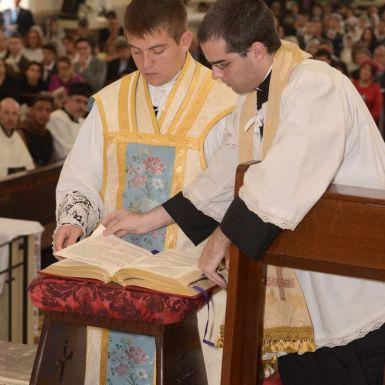 Os ordenados celebram a Missa junto com o Bispo, auxiliados por outros padres. A ordenação sacerdotal e a consagração episcopal são as únicas ocasiões em que ocorre concelebração no Rito Romano Tradicional