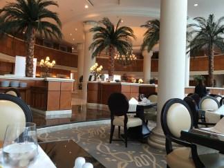 Check in im Sheraton Hotel direkt am Jumeirah Beach. Erster Eindruck von Dubai: Groß, künstlich und so sauber, dass man vom Strassenboden essen könnte!