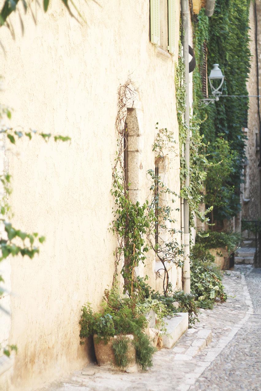 Saint Paul de Vence, les pots en terre et les volets bleus - Voyage - Miss Blemish