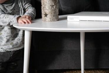 wohnen mit kindern beistelltisch motivtapete weißer tisch drei beine mamablog
