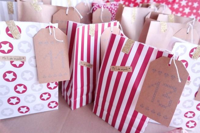 DIY Adventskalender für Freundin Mädchen selbst packen Tüten Nummer womit füllen Tüten Verpackung Glitzer