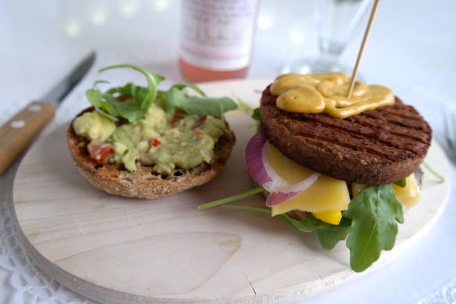 vegetarischer Hamburger Guacomole Paprika Rügenwalder veggie burger hausgemacht