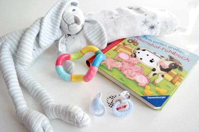 Reisegepäck Reisen mit Baby Kind Langstreckenflug Fliegen Was einpacken Happy Horse Spielzeug Hase Kuscheltier Fühlbuch aden + anais schnuller