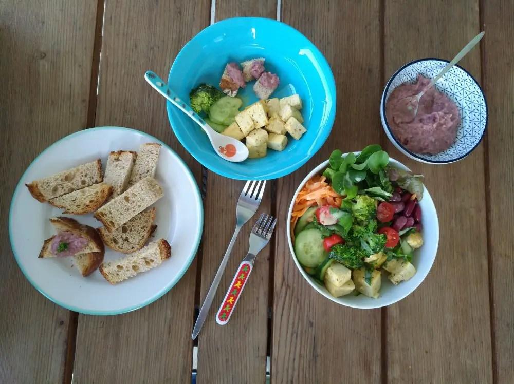 Buddha Bowl, Bohnenmus, Brot, Tofu