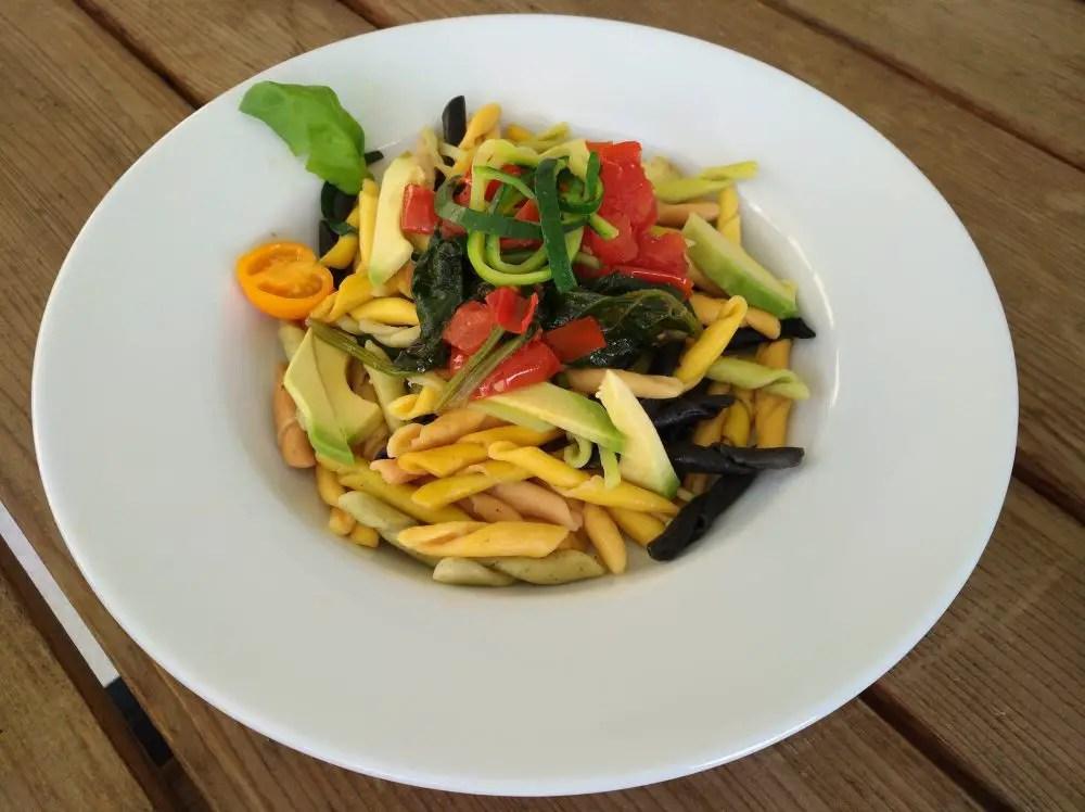 frische Pasta mit Tomaten, Spinat und Zucchetti-Zoodles