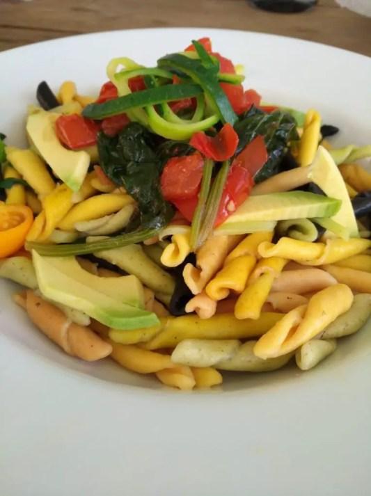 frische Pasta mit Tomaten, Spinat und Zucchetti-Zoodles und Avocado