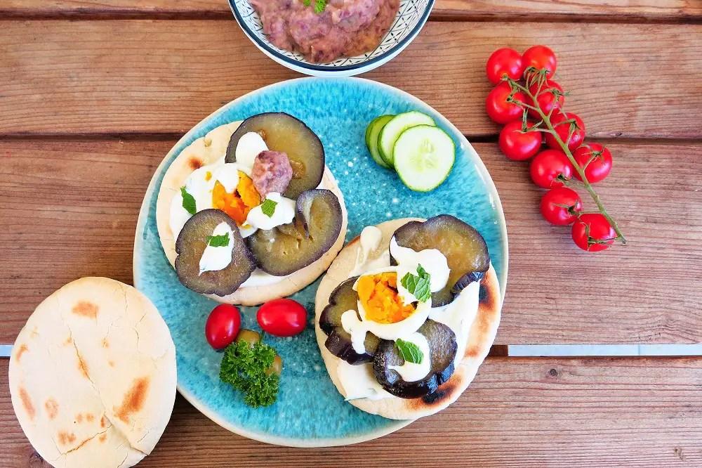Veggie-Pita mit gebratener Aubergine und Minz-Joghurt