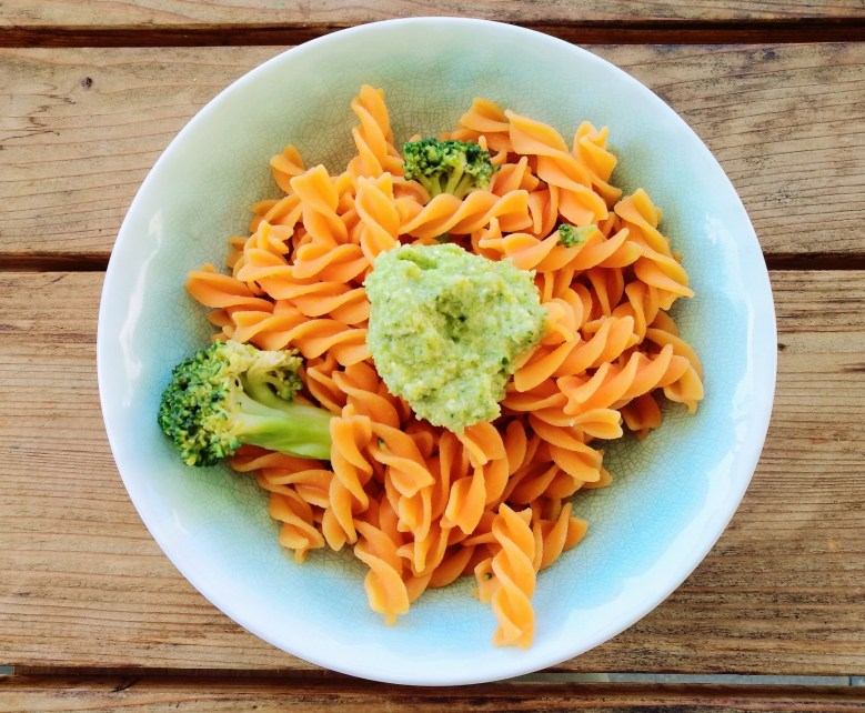 Linsen-Pasta mit Broccoli-Pesto.