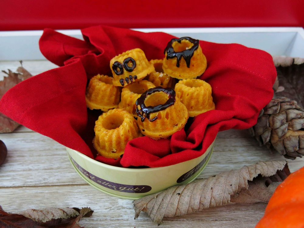 Rezept Gugls zu Halloween mit Süsskartoffeln, Monster Gugl mit Schokolade verziert