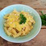 Gelbes Peperoni Pesto im Teller
