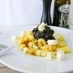Federkohl-Mandel Pesto mit Feta in Teller rezept vegetarisch