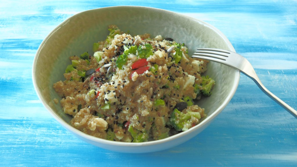 brokkoli broccoli rezept bowl, salatbowl, foodblog, gebraten, schwanger, mama, feta, cashews, pinienkerne, one pot, buddhabowl