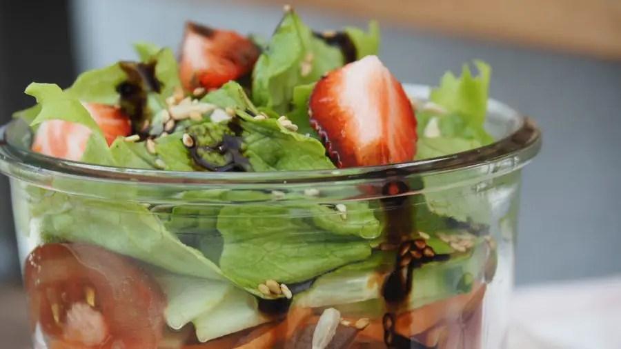 Buchweizen Salat im Glas Rezept Gemüse saisonal, saladbowl, buddhabowl, to go, vegan, karotten, tomaten, glutenfrei
