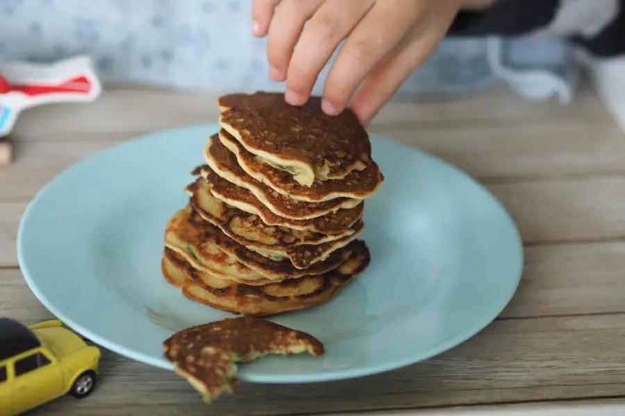 kinderrezept pancakes zucchetti zucchini apfelmus kinder gemüseverweigerer gemüsemuffel rezept einfach schnell mittagessen, kinder, familie, fingerfood, blw babyled weaning